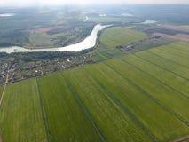 Vista superior del pequeño pueblo Aerophotographing sobre el pueblo Fotografía de archivo