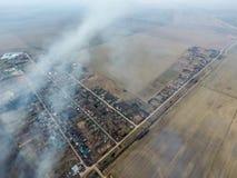 Vista superior del pequeño pueblo Humo del burning de la paja i Foto de archivo