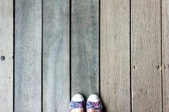 Vista superior del piso de madera con el pie de la mujer Fotografía de archivo