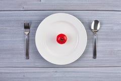 Vista superior del plato blanco con el tomate Fotos de archivo libres de regalías