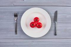 Vista superior del plato blanco con el tomate Foto de archivo libre de regalías