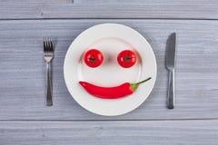 Vista superior del plato blanco con pimienta y el tomate de chile Fotografía de archivo