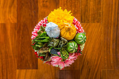Vista superior del plato de ofrecimiento tailandés con el grano alimenticio para la ceremonia Imagen de archivo libre de regalías