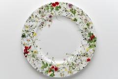 Vista superior del plato redondo vacío adornado con las flores pintadas Fotos de archivo