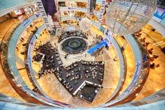 Vista superior del podio azul en el desfile de moda Imagen de archivo