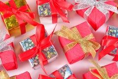 Vista superior del primer colorido de los regalos en un blanco Imágenes de archivo libres de regalías