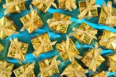 Vista superior del primer de oro de los regalos en un azul imagen de archivo libre de regalías