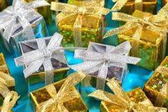 Vista superior del primer de oro y de plata de los regalos en un azul fotos de archivo
