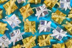 Vista superior del primer de oro y de plata de los regalos en un azul imágenes de archivo libres de regalías