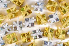 Vista superior del primer de oro y de plata de los regalos en un blanco Fotos de archivo