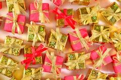 Vista superior del primer de oro y rojo de los regalos imágenes de archivo libres de regalías