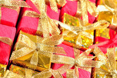 Vista superior del primer de oro y rojo de los regalos fotos de archivo