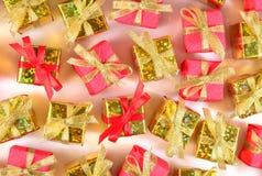 Vista superior del primer de oro y rojo de los regalos imagen de archivo libre de regalías