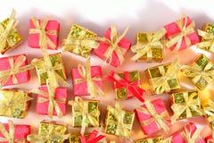 Vista superior del primer de oro y rojo de los regalos fotografía de archivo libre de regalías