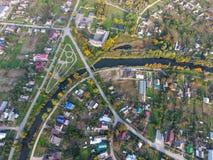 Vista superior del pueblo Uno puede ver los tejados de las casas y de los jardines Camino y agua en el pueblo Vista panorámica de Foto de archivo