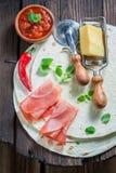 Vista superior del quesadilla caliente hecha del queso y de las hierbas Fotografía de archivo