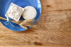 Vista superior del queso y de la cabaña griegos en la tabla de madera Símbolos del día de fiesta judío - Shavuot Fotografía de archivo libre de regalías
