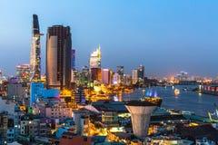 Vista superior del río de Saigon en la noche Imagen de archivo libre de regalías