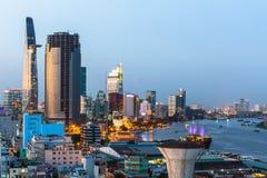 Vista superior del río de Saigon en la noche Imagenes de archivo