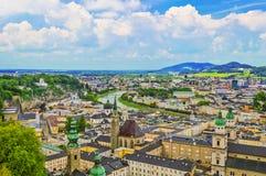 Vista superior del río de Salzach y de la ciudad vieja en el centro de Salzburg fotos de archivo libres de regalías