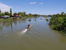 Vista superior del río el Mekong con el barco de la cola larga Imágenes de archivo libres de regalías