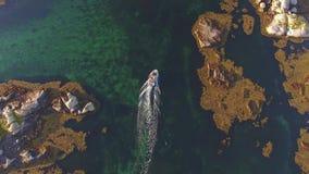 Vista superior del río y del barco cerca de rocas noruega almacen de metraje de vídeo