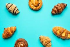 Vista superior del sistema del pan y de la panadería en fondo azul del color Comida y conceptos sanos fotos de archivo