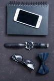 Vista superior del smartphone, del cuaderno, de lentes y de accesorios masculinos Imagenes de archivo