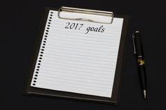 Vista superior del tablero y de la hoja blanca escritos con 2017 metas encendido Imagen de archivo libre de regalías