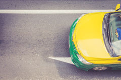 Vista superior del taxi público en el camino Imagen de archivo