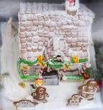 Vista superior del tejado nevado de la casa de pan de jengibre hecha en casa cerca Imagen de archivo libre de regalías