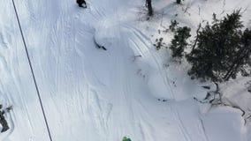 Vista superior del teleférico con las cabinas en invierno cantidad Actividades del invierno en estación de esquí Teleférico c almacen de metraje de vídeo