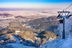 Vista superior del teleférico en invierno Imagen de archivo