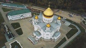 Vista superior del templo cristiano grande clip Opinión de la iglesia del exterior La iglesia vieja La iglesia de piedra con de o almacen de video