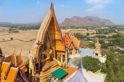 Vista superior del templo tailandés budista público del sua del tham del wat en Tailandia Imágenes de archivo libres de regalías