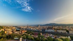Vista superior del timelapse de la ciudad de Florencia en la salida del sol con los puentes del río de arno y los edificios histó metrajes
