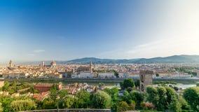 Vista superior del timelapse de la ciudad de Florencia en la salida del sol con los puentes del río de arno y los edificios histó almacen de video