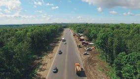 Vista superior del tráfico de coche en el suburbio, Rusia, ciudad del Samara, día de verano, buen tiempo almacen de metraje de vídeo
