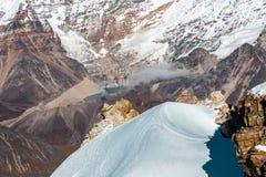 Vista superior del valle coronado de nieve de la cumbre y del desierto detrás Fotos de archivo libres de regalías