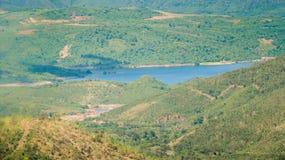Vista superior del valle verde de las colinas del país con el lago azul Fotos de archivo libres de regalías