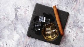 Vista superior del vidrio de whisky escocés aromático viejo almacen de metraje de vídeo