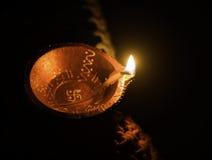 A vista superior disparou da lâmpada de óleo da argila, Diya usou-se para a decoração por ocasião do festival do diwali em india imagem de stock