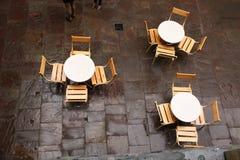 A vista superior disparou das tabelas e das cadeiras em um café Uma tabela em um summe Imagem de Stock