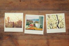 Vista superior do álbum de fotos imediato no fundo de madeira fotografia de stock