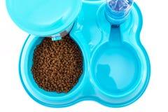 A vista superior do alimentador da água e do alimento pet a bacia imagem de stock