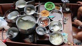 vista superior do alimento da rua no mercado de flutuação um da maioria de destino de viagem popular em Tailândia vídeos de arquivo