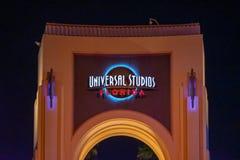 Vista superior do arco de Universal Studios na noite em Citywalk na ?rea de Universal Studios fotografia de stock royalty free