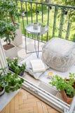 Vista superior do balcão, da caneca com chá, do livro aberto e do pufe material na foto real imagem de stock royalty free