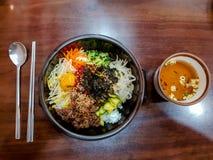 Vista superior do Bibimbap, alimento tradicionalmente coreano muito famoso É um arroz miliampère fotografia de stock royalty free