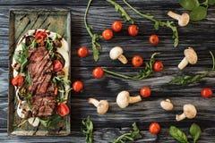 vista superior do bife cozinhado cortado delicioso com os vegetais em de madeira foto de stock royalty free